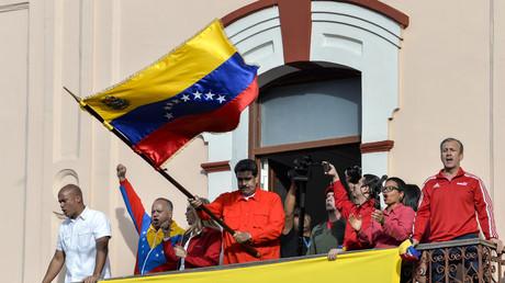 Le président Nicolas Maduro brandit un drapeau vénézuélien à Caracas, le 23 janvier.