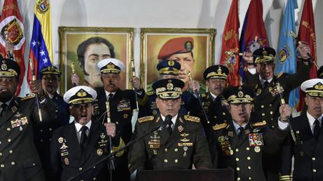 Le ministre vénézuélien de la Défense Vladimir Padrino Lopez tient une conférence de presse entouré de généraux, le 24 janvier à Caracas.