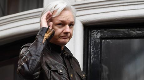 Le lanceur d'alerte Julian Assange depuis le balcon de l'ambassade de l'Equateur à Londres, le 19 mai 2017.