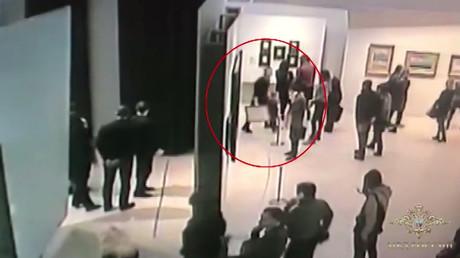 Moscou : un homme subtilise un tableau en toute tranquillité à la galerie Tretiakov (VIDEO)