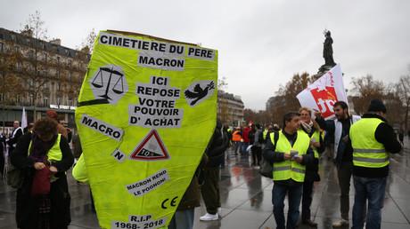 Un manifestant portant un costume en forme de cercueil lors d'une manifestation des Gilets jaunes la place de la République à Paris, le 1er décembre 2018.