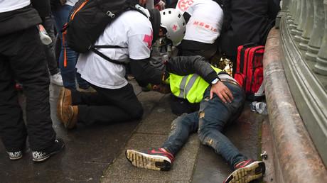 Des «street medics» portent secours au Gilet jaune Jérôme Rodrigues, le 26 janvier 2019, place de la Bastille.