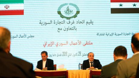 Le vice-président iranien Eshaq Jahangiri (à gauche) et le Premier ministre syrien Imad Khamis participent à un forum d'affaires irano-syrien à Damas, en Syrie, le 29 janvier 2019