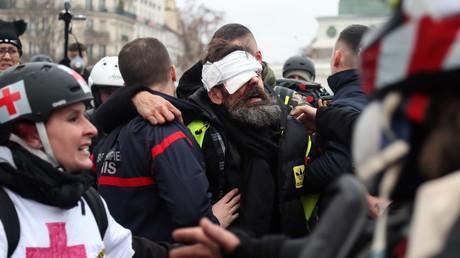 Le Gilet jaune Jérôme Rodrigues, blessé à l'œil, lors de son évacuation le 26 janvier 2019.