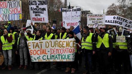 Des Gilets jaunes défilent le 26 janvier 2019 à Paris (image d'illustration).