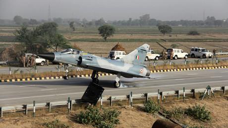 Inde : un Mirage 2000 s'écrase au décollage tuant les deux pilotes (VIDEOS)