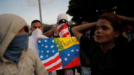 Un manifestant arbore un drapeau nord-américain lors d'une manifestation contre Nicolas Maduro à Caracs, au Venezuela le 2 février (image d'illustration).