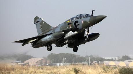 Un avion Mirage 2000 de l'armée de l'air française décolle d'une base aérienne à N'Djamena le 22 décembre 2018 pour participer à une mission de la force Barkhane dans le Sahel (image d'illustration).