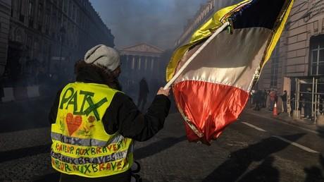 Manifestant arborant un gilet jaune à Paris le 5 février.