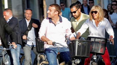 Emmanuel Macron, Alexandre Benalla et Brigitte Macron au Touquet, en juin 2017.