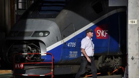 Un employé d'Alstom passe devant un TGV sur le site du constructeur de trains français Alstom à Belfort le 26 octobre 2017.