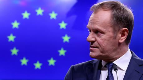 Le président du Conseil européen Donald Tusk fait une déclaration à l'issue d'une réunion avec le Premier ministre irlandais, Leo Varadkar à Bruxelles, le 6 février 2019.