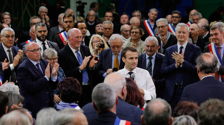 Emmanuel Macron entouré de maires à Grand Bourgtheroulde pour le lancement de son Grand débat national, le 15 janvier 2019 (image d'illustration).