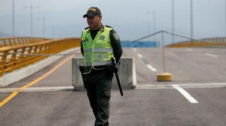 Un officier de police marche sur le pont transfrontalier Tienditas entre la Colombie et le Venezuela, à Cucuta, en Colombie, le 6 février 2019.