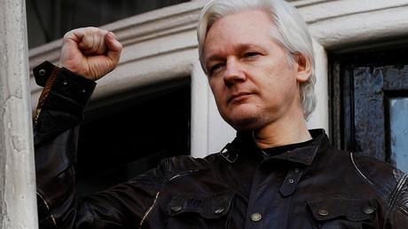 Julian Assange à la fenêtre de l'ambassade équatorienne à Londres, le 19 mai 2017 (image d'illustration).