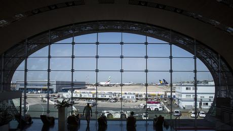 Des passagers dans le hall du Terminal 2E de l'aéroport Paris-Charles de Gaulle, en août 2018 (illustration).