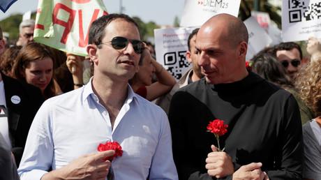 Benoît Hamon et l'ancien ministre grec des Finances Yanis Varoufakis à Lisbonne le 25 avril 2018.