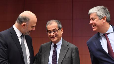 Pierre Moscovici (à gauche), le ministre italien des Finances, Giovanni Tria (à droite) et le ministre portugais des Finances, Mario Centeno (à droite), lors d'une réunion de l'Eurogroupe au Conseil européen de Bruxelles du 21 janvier 2019.