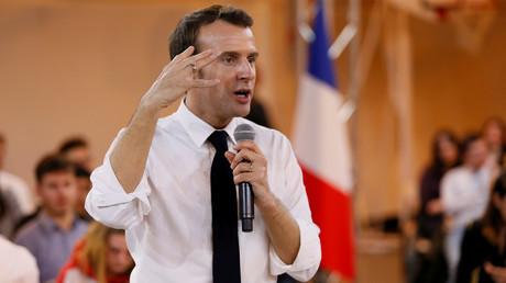 Le président français Emmanuel Macron assiste à une réunion avec des jeunes dans le cadre du Grand débat national à Etang-sur-Arroux, en Bourgogne, le 7 février 2019.