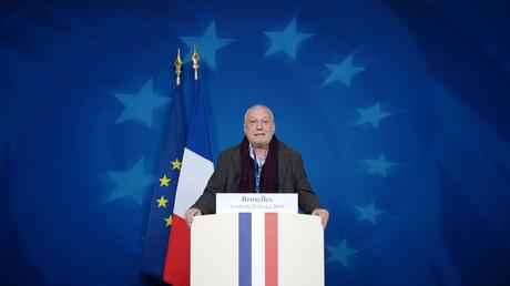 L'acteur François Berléand s'exprime au podium du président français avant une conférence de presse lors d'une réunion informelle à Bruxelles le 23 février 2018 (image d'illustration).