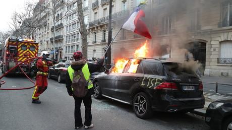 Main déchiquetée, véhicules incendiés, gaz lacrymogènes : les images fortes de l'acte 13 (VIDEOS)