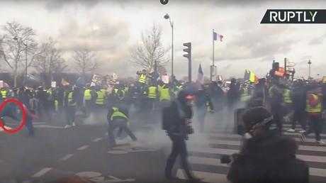 Le moment précis où une grenade lancée par la police a explosé, arrachant la main d'un manifestant lors de l'acte 13 des Gilets jaunes, le 9 février à Paris.