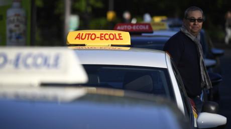 Les auto-écoles en opération escargot en France contre l'«ubérisation» de la profession