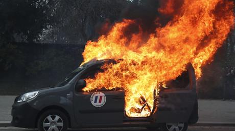 Le véhicule Sentinelle incendié aux abords de la Tour Eiffel, le 9 février 2019.