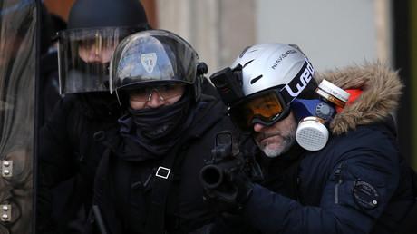 Un policier équipé d'un lanceur de balle de défense le 2 février à Paris (image d'illustration).