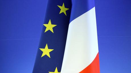 Les drapeaux français et européen vont devenir obligatoires en classe.