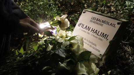 Une personne dépose une rose blanche à Bagneux, alors qu'une plaque honore la mémoire d'Ilan Halimi, le jeune juif torturé et assassiné par le gang des barbares en 2006.