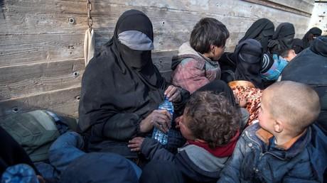 Une femme intégralement voilée, expliquant être d'origine Lyonnaise, a fui la dernière poche de Daesh à Baghouz dans l'Est de la Syrie, le 11 février 2019.