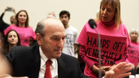 Une militante anti-guerre s'adresse au représentant spécial américain pour le Venezuela Elliott Abrams avant une audience devant la Commission des affaires étrangères de la Chambre des représentants des États-Unis à Capitol Hill, à Washington, le 13 février 2019.