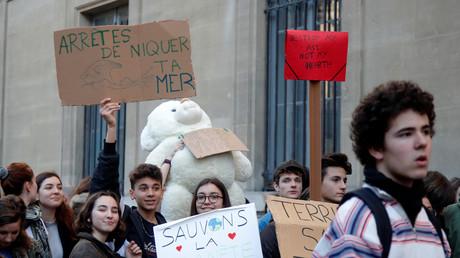 Des jeunes bloquent un ministère pour leur première grève pour le climat (PHOTOS)