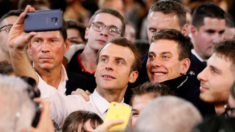 Emmanuel Macron, en train de faire un selfie à Etang-sur-Arroux le 7 février 2019.