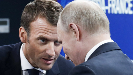 Le président russe Vladimir Poutine et le président français Emmanuel Macron lors du Forum économique international de Saint-Pétersbourg le 25 mai 2018.