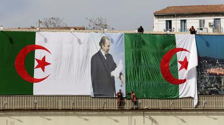 Des drapeaux algériens et une affiche du président Abdelaziz Bouteflika (image d'illustration).
