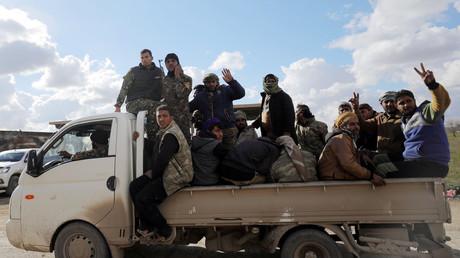Les forces kurdes des FDS circulant dans le village de Baghouz dans le Nord de la Syrie, lors des dernières offensives contre l'Etat islamique, le 17 février.