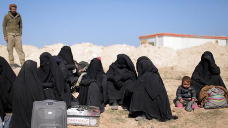 Des femmes ayant fui Baghouz, la dernière enclave de Daesh, avec leurs enfants et affaires, le 12 février 2019 (image d'illustration).