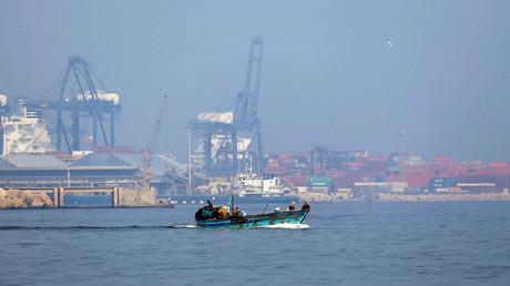 Un bateau de pêche vogue au large du terminal pétrolier d'Alexandrie en Egypte.