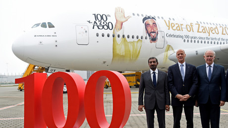 Tom Enders, PDG d'Airbus, Ahmed ben Saïd Al Maktoum, PDG d'Emirates, et son directeur général Tim Clark, lors de la cérémonie de remise du 100e Airbus A380 à la compagnie Emirates au siège allemand d'Airbus à Hambourg-Finkenwerder, le 3 novembre 2017.