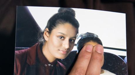 La sœur de Shamima Begum tenant la photo de sa sœur qui a rejoint l'Etat islamique, après son départ en 2015.