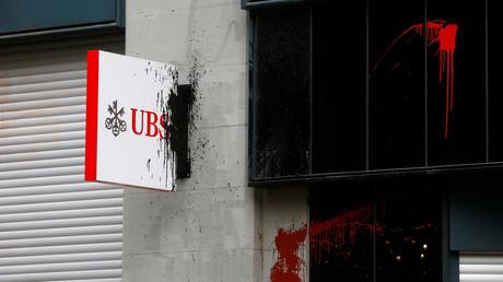 Une enseigne d'UBS recouverte de peinture lors d'une manifestation à Zurich le 1er mai 2018 (image d'illustration).