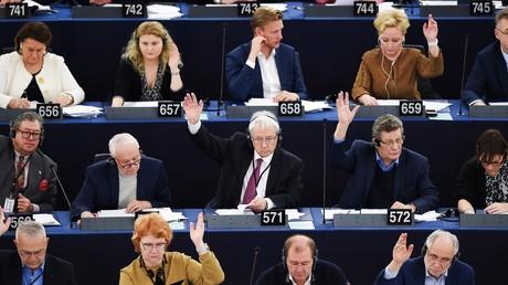 Députés européens prennent part à un vote, en séance plénière au Parlement européen, le 13 février 2019 à Strasbourg (illustration).