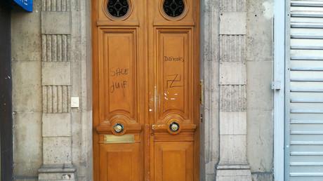 Une porte dégradée dans le quartier Alésia.
