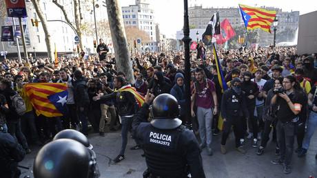 Grève et routes coupées en Catalogne pour protester contre le procès des indépendantistes (VIDEOS)