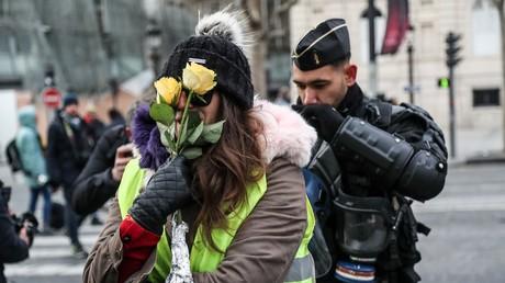 Une Gilet jaune, des fleurs dans la main, lors de la manifestation du 15 décembre 2018 à Paris (image d'illustration).