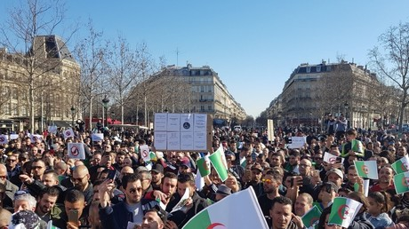 Des centaines de manifestants protestent à Paris contre un cinquième mandat d'Abdelaziz Bouteflika.