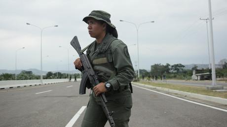 Un soldat de l'armée vénézuélienne monte la garde à l'entrée du pont transfrontalier de Tienditas entre la Colombie et le Venezuela (image d'illustration).