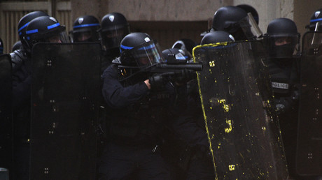 «Pas content d'une instruction» : la raison du coup de casque d'un policier à son supérieur (VIDEO)